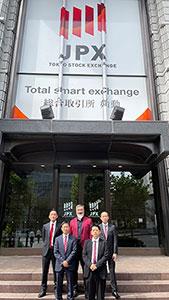 東京証券取引所前で写真撮影